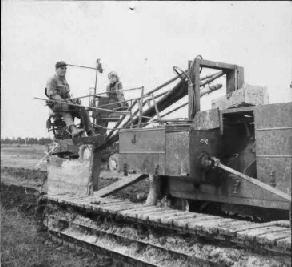 De eerste zelfrijdende draineermachine  van de firma Boersma 1963